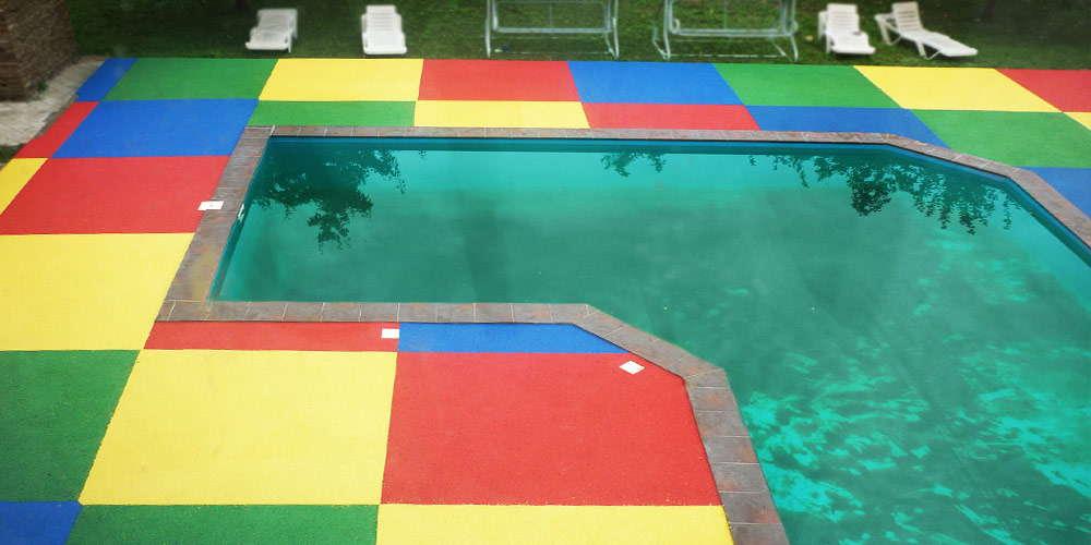 Площадки вокруг бассейнов